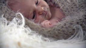 Tiro inclinable del bebé en cubierta de lana almacen de metraje de vídeo