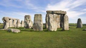 Tiro inclinable del monumento prehistórico famoso Stonehenge en un día soleado hermoso metrajes
