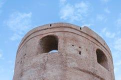 Tiro inferior de uma torre velha do relógio das forças armadas contra o céu azul Fotografia de Stock