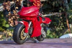 Tiro inferiore vicino di prospettiva di piccola bici rossa del giocattolo del bambino immagini stock libere da diritti