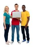 Tiro integral de adolescentes con la computadora portátil Imagenes de archivo