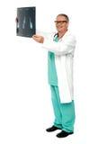 Tiro integral de un cirujano con informe de la radiografía Imagenes de archivo
