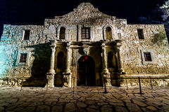 Tiro interesante del Álamo histórico, en la noche, en San Antonio, Tejas. Tardado diciembre de 2012. Imagen de archivo libre de regalías