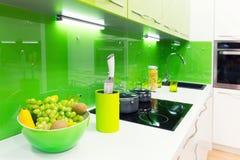 Tiro interior de la cocina moderna con la luz del estudio imágenes de archivo libres de regalías