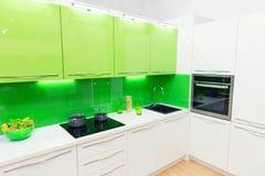 Tiro interior de la cocina moderna con la luz del estudio imagen de archivo libre de regalías