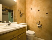 Tiro interior de um banheiro com projeto moderno Imagens de Stock Royalty Free