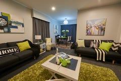 Tiro interior de uma sala de visitas confortável Imagem de Stock Royalty Free