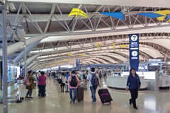 Tiro interior dentro del terminal de la salida del pasajero, aeropuerto internacional de Kansai, Osaka, Japón Imagen de archivo libre de regalías