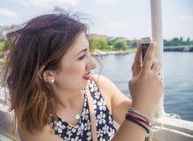 Tiro italiano agradável da menina com seu telefone Fotos de Stock
