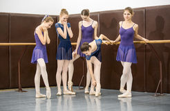 Tiro joven del ángulo bajo de los bailarines… apenas de pies y de piernas - esta visión ha tenido el color quitado del piso y de  Fotos de archivo
