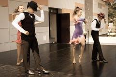 Tiro joven del ángulo bajo de los bailarines… apenas de pies y de piernas - esta visión ha tenido el color quitado del piso y de  Imágenes de archivo libres de regalías
