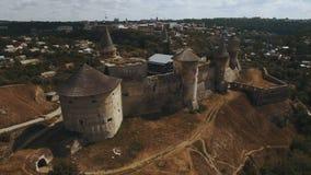 tiro 4K aéreo do castelo velho Castelo de Kamianets-Podilskyi Ucrânia ocidental vídeos de arquivo