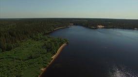 tiro 4k aéreo do lago e da praia vídeos de arquivo