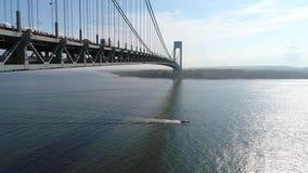 Tiro 4k del abejón del puente de los estrechos de Verrazano almacen de video
