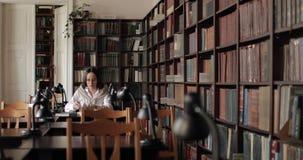 Tiro largo da menina que estuda na biblioteca filme