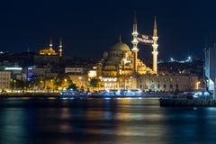 Tiro largo de la exposición de la nueva) mezquita de Yeni (, de Eminonu y del puente de Galata foto de archivo