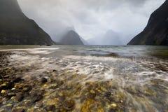 Tiro largo de la exposición para crear ondas de agua que se arrastran Fotografía de archivo libre de regalías