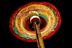 Tiro largo de la exposición de la rueda del parque en la noche imagen de archivo