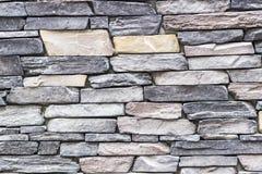 Tiro largo dianteiro da parede de pedra colorida destacada do retângulo da alvenaria em Izmir em Turquia com estuque tradicional fotos de stock royalty free