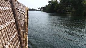 Tiro largo do riverbank da balsa video estoque