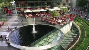 Tiro largo dos povos que apreciam restaurantes e serviços em Potsdamer Platz Sony Center video estoque
