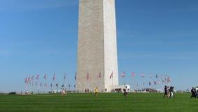 Tiro largo dos turistas que visitam a base de Washington Monument video estoque