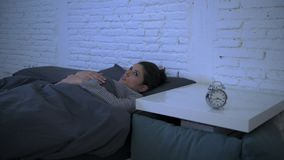 Tiro lateral da filtração da virada latino-americano atrativa nova da mulher no encontro do esforço e da insônia ansioso na cama  filme
