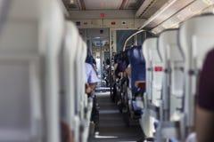 Tiro limpio en tren del suburbio en el camino fotografía de archivo libre de regalías