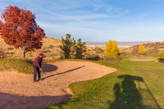 Tiro listo de la arena del golpe del golfista Fotos de archivo