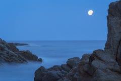 Tiro litoral com rochas, imagem longa da noite da exposição da costela imagem de stock