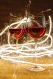 Tiro lujoso de copas de vino color de rosa en brillo del oro Foto de archivo libre de regalías