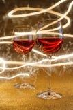 Tiro lujoso de copas de vino color de rosa en brillo del oro Fotografía de archivo
