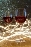 Tiro lujoso de copas de vino color de rosa en brillo del oro Foto de archivo