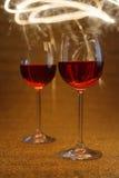 Tiro luxuoso de vidros de vinho cor-de-rosa no brilho do ouro Foto de Stock