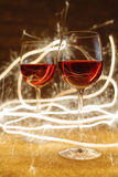Tiro luxuoso de vidros de vinho cor-de-rosa no brilho do ouro Foto de Stock Royalty Free