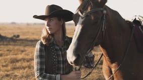 Tiro médio da moça que afaga e que abraça o cavalo mulher bonita com cavalo video estoque
