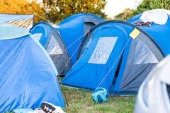 Tiro médio de barracas de acampamento no tempo britânico ensolarado imagem de stock royalty free
