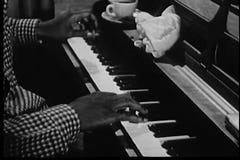 Tiro médio do homem que joga o piano video estoque