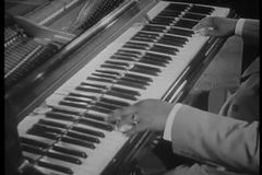 Tiro médio do músico de jazz que joga o piano video estoque