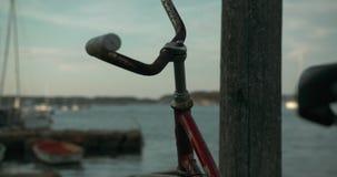 Tiro móvil de una bici oxidada vieja en una pequeña isla en el archipiélago sueco almacen de video