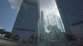 tiro móvil 4k de Apple Store en Shangai almacen de metraje de vídeo