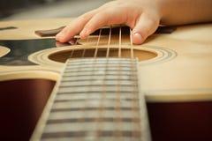 Tiro macro abajo del fretboard de la guitarra acústica w Foto de archivo