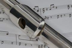 Tiro macro da flauta na partitura Fotos de Stock Royalty Free