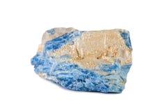 Tiro macro da pedra preciosa natural Cianureto mineral cru, Brasil Objeto isolado em um fundo branco Imagem de Stock