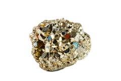 Tiro macro da pedra preciosa natural O mineral cru é pirite, China Objeto em um fundo branco Fotos de Stock