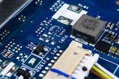 Tiro macro da placa de circuito com microchip dos resistores e componentes eletr?nicos Tecnologia de material inform?tico Communi fotos de stock