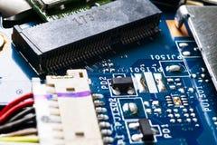 Tiro macro da placa de circuito com microchip dos resistores e componentes eletr?nicos Tecnologia de material inform?tico Communi foto de stock royalty free