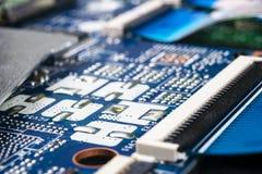 Tiro macro da placa de circuito com microchip dos resistores e componentes eletr?nicos Tecnologia de material inform?tico Communi foto de stock