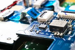 Tiro macro da placa de circuito com microchip dos resistores e componentes eletr?nicos Tecnologia de material inform?tico Communi imagem de stock royalty free