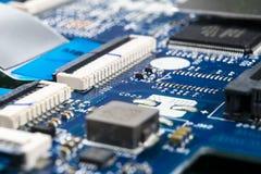 Tiro macro da placa de circuito com microchip dos resistores e componentes eletr?nicos Tecnologia de material inform?tico Communi fotografia de stock royalty free